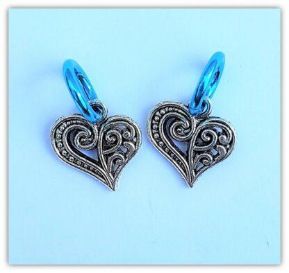 två stickmarkörer hjärta med ring