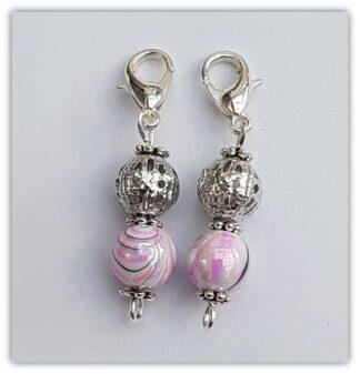 två rosa stickmarkörer med kräftklolås