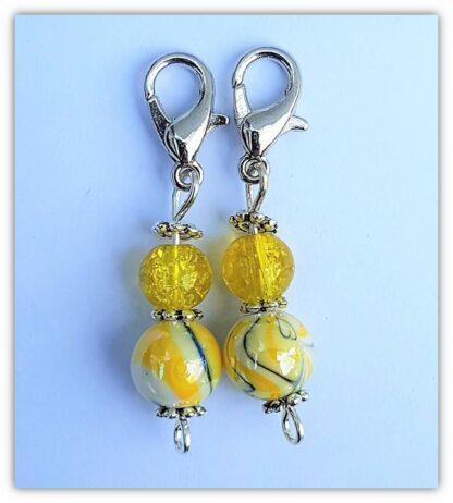 två gula stickmarkörer med kräftklolås