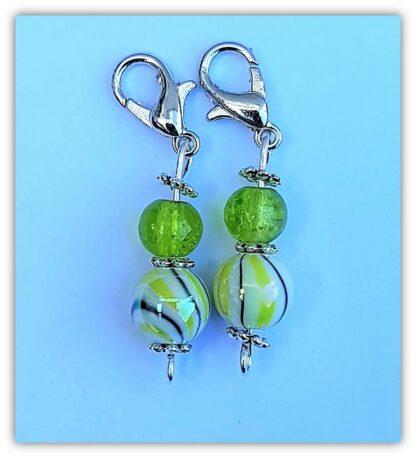 två gulgröna stickmarkörer med kräftlklolås